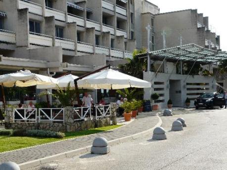 main-entrance-hotel-diamant